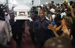 epa05280392 The coffin carrying the body of Papa Wemba is carried into a memorial service for the late Congolese singer in Abidjan, Ivory Coast, 27 April 2016. The 66 year old influential Congolese musician Papa Wemba died after collapsing on stage during the Femua Music Festival in Abidjan 23 April 2016.  EPA/LEGNAN KOULA